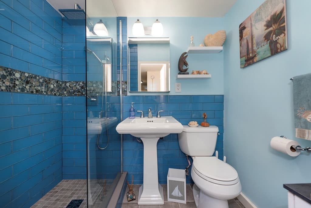 Inspiring Blue Seaside Design of Featured NYC Bathroom